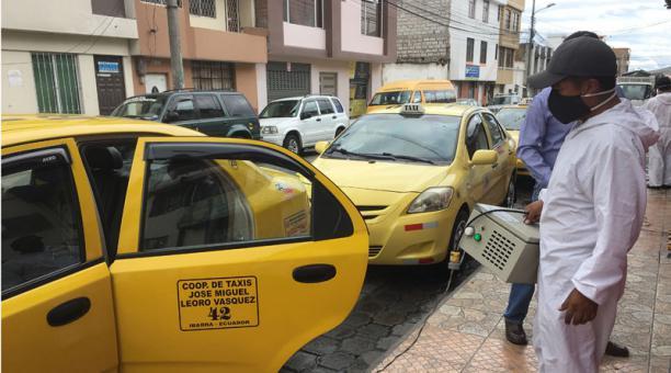 Los dirigentes de los taxistas de Imbabura señalan que los vehículos son desinfectados constantemente para prevenir contagios de covid-19. José Luis Rosales/EL COMERCIO