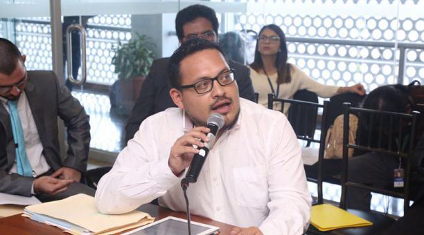 En 2019, Fernando Cerón (centro) denunció en la Asamblea Nacional la inequidad de la repartición de recursos de la Casa de la Cultura. Foto: Twitter Asamblea Nacional..
