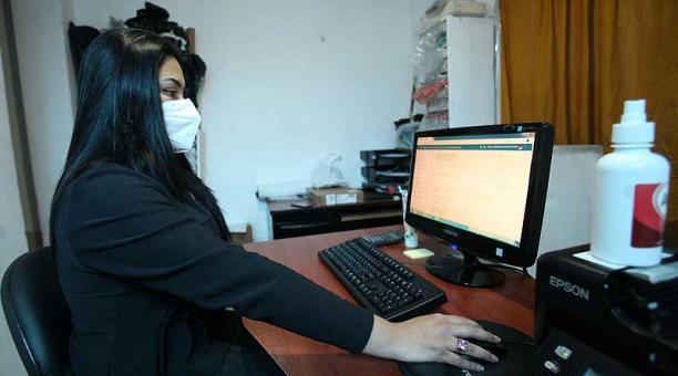 Camila Sánchez sigue una licenciatura en educación básica, en línea en la U. Central. Foto: Julio Estrella / EL COMERCIO