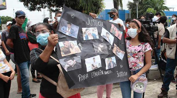 Un grupo de personas respaldó a la familia Ruales y pidió que se aclarara el crimen. Foto: Mario Faustos / EL COMERCIO
