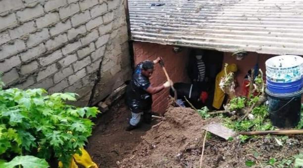 Los organismos de respuesta se activaron tras los primeros estragos que dejó la lluvia en Atacamas; con la maquinaria se trabaja en el encauzamiento del río Atacames. Foto: cortesía Municipio de Atacames.
