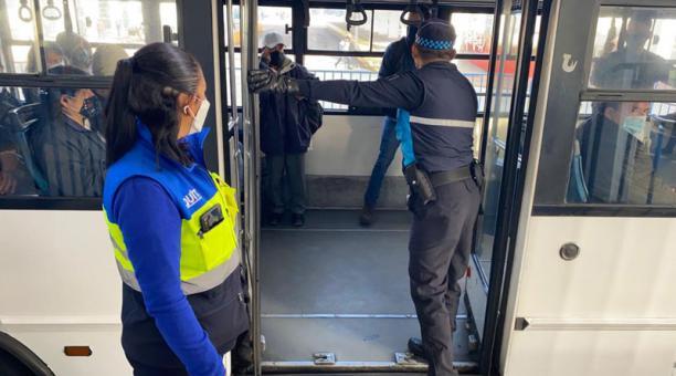 La mañana de este jueves 28 de enero del 2021 se realizó un control del aforo en unidades de transporte municipal de Quito. Foto: Patricio Terán/ EL COMERCIO.