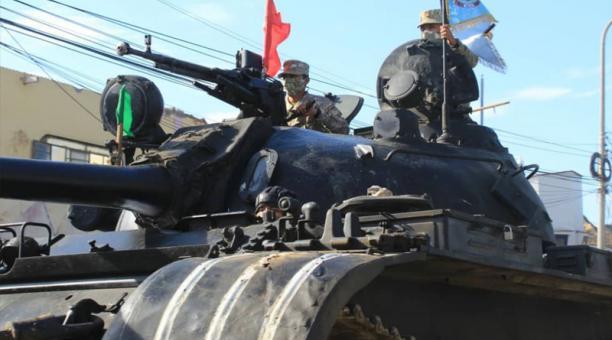 Foto facilitada por la Agencia Peruana de Noticias (Andina) de unidades blindadas del Ejército peruano que se dirigen a la frontera con Ecuador en apoyo de la Policía Nacional para controlar el acceso de migrantes en Tumbes, Perú, 26 de enero de 2021. Fot