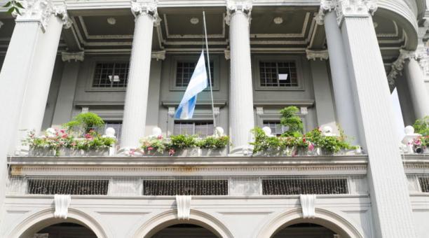 La alcaldesa de Guayaquil, Cynthia Viteri dispuso que las banderas del Cabildo y dependencias municipales sean izadas a media asta por el asesinato de Efraín Ruales. Foto: cortesía.