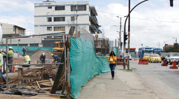 En la estación Universidad Central del Metro de Quito se mantienen los trabajos. Esta obra, junto a otras, se entregarían en octubre de este 2021. Foto: Eduardo Terán / EL COMERCIO