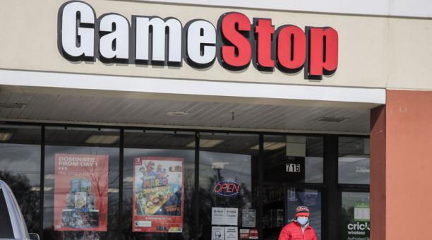 Un cliente abandona una tienda GameStop con su compra en Round Lake Beach, Illinois, EE. UU., 27 de enero de 2021. Foto: EFE