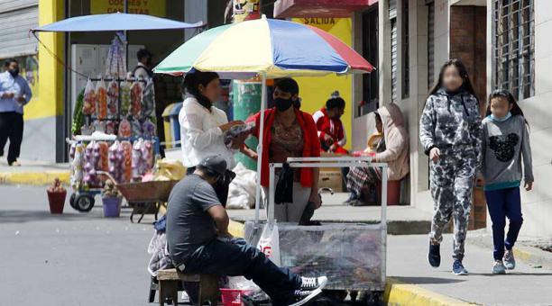En el barrio La Ecuatoriana, en el sur, algunas personas no usan la mascarilla. Foto: Patricio Terán / EL COMERCIO