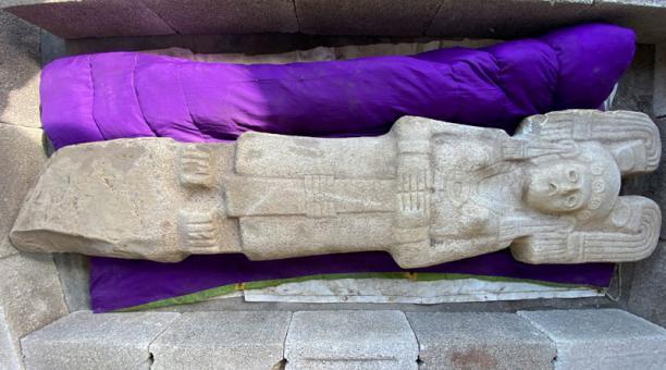 Una estatua de tamaño natural de más de 500 años, descubierta el 1 de enero por lugareños mexicanos, que representa a una mujer de élite, posiblemente una reina, de la civilización huasteca, famosa por sus esculturas naturalistas de mujeres, es visible en