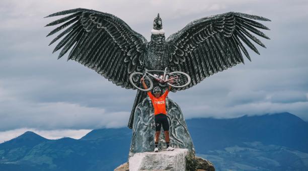 El ciclista ecuatoriano Richard Carapaz en el monumento en homenaje a Juan Carlos Rosero en un aniversario más de su muerte. Tomado de Twitter
