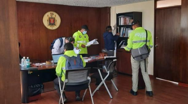 Los agentes de la Fiscalía allanaron el 29 de enero del 2021 las oficinas de la Secretaría de Salud del Municipio, para identificar documentos sobre la adquisición de pruebas de covid-19 para Quito. Foto: Twitter Fiscalía