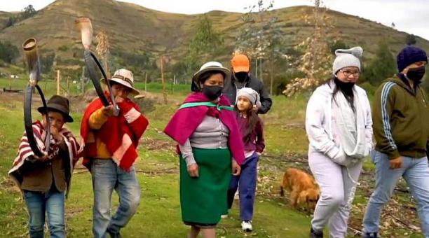 Los turistas caminan por los senderos naturales de la comunidad, en compañía de guías nativos y bocineros, que comparten sus prácticas culturales. Foto: cortesía La Moya