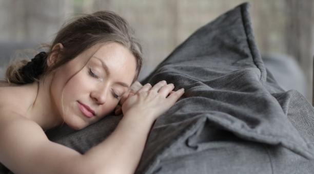Foto referencial. Cansancio, dolor de cabeza, cambios en el estado de ánimo son algunas de las consecuencias de no dormir bien. Foto: Pexels / Andrea Piacquadio