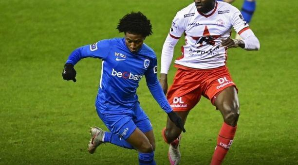 Angelo Preciado (izq.) busca el balón en un partido de la liga belga. Foto: Club Genk
