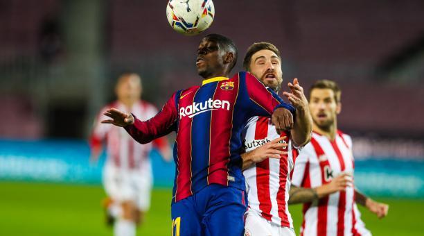 Dembelé disputa el balón ante la marca de uno de sus rivales del Athletic Club. Foto: Twitter del FC Barcelona