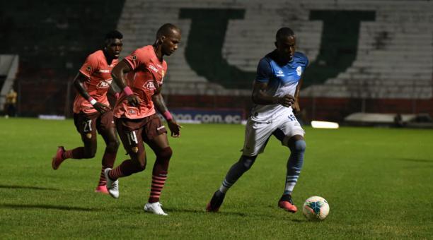 José Angulo, del Manta FC, se lleva el balón ante la marca de Darío Aimar. Foto: Manta FC
