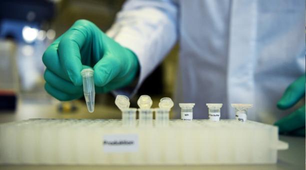 Un empleado de la compañía biofarmacéutica alemana CureVac, demuestra el flujo de trabajo de investigación de una vacuna para la enfermedad del coronavirus (COVID-19) en un laboratorio en Tuebingen, Alemania, el 12 de marzo de 2020.