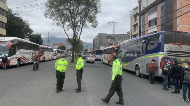 En la avenida Remigio Crespo, personal de la Policía poyó en el control del tránsito vehicular Foto: Lineida Castillo/ EL COMERCIO.