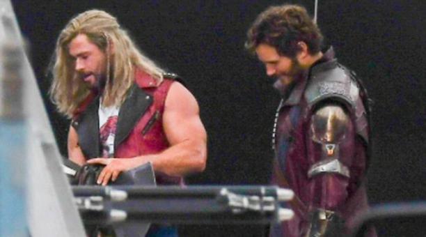 Chris Hemsworth y Chris Pratt durante el rodaje de 'Thor: Love and Thunder' en Sídney. Foto: Twitter @AgentedeMarvel_