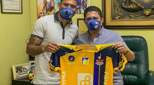 Jefre Vargas junto al presidente del Delfín, José Delgado, durante la firma de contrato y presentación oficial. Foto: Twitter del Delfín SC