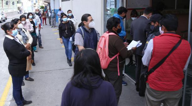 En el Municipio de Ambato, los usuarios esperan en medio de una extensa fila el turno para cumplir con la obligación. Foto: Glenda Giacometti / EL COMERCIO