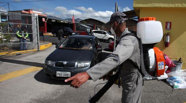 En el Centro de Revisión Técnica de Guajaló (sur) se desinfecta el interior del vehículo antes de pasar a las pruebas. Foto: Julio Estrella / EL COMERCIO