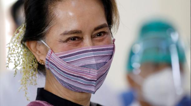Imagen de archivo de la consejera estatal de Myanmar Aung San Suu Kyi visitando un hospital donde los trabajadores médicos están siendo inoculados con la vacuna COVISHIELD de AstraZeneca en Naypyitaw, Myanmar.