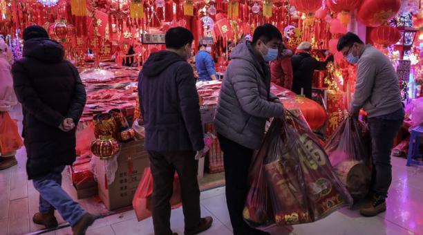 China sostiene que el coronavirus llegó a la ciudad de Wuhan desde EE.UU., por lo que pidió que el país permita el acceso de la misión internacional de expertos de la OMS para investigar el origen del virus. Foto: EFE.
