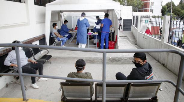 Las personas que fueron designadas como miembros de las Juntas Receptoras del Voto (JRV) formaron largas filas en los centros de Salud de Quito, para realizarse pruebas de covid-19 antes del día de las elecciones. Foto: Patricio Terán/ EL COMERCIO