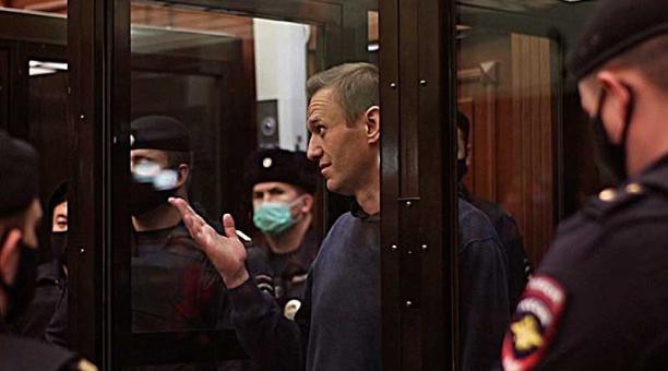 Imagen del opositor ruso Alexei Navalni durante el juicio en el que la Justicia le impuso una pena de tres años y medio de prisión. Foto: EFE