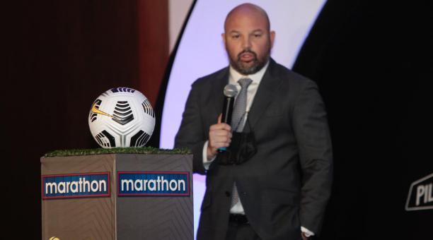Miguel Ángel Loor, presidente de la LigaPro, presentó el balón con el que se jugará la temporada 2021 a partir del 19 de febrero del 2021. Foto: Mario Faustos / EL COMERCIO