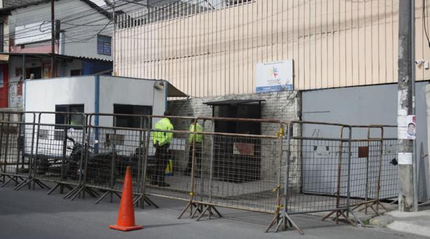Así permanecieron ayer los exteriores del centro penitenciario, en el norte de Quito. Foto: Patricio Terán / EL COMERCIO