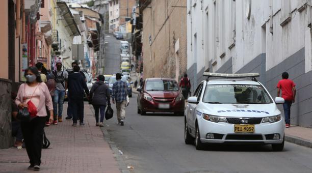 La Policía refuerza la presencia de los uniformados en las calles del Centro Histórico de Quito, como la calle Bolívar. Foto: Vicente Costales/ EL COMERCIO