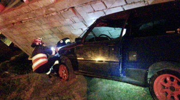 El auto fue rescatado por el equipo de socorro del Cuerpo de Bomberos de Quito. Foto: Captura