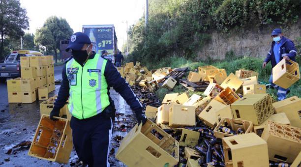 La mañana de este 4 de febrero del 2021 se accidentó un camión que transportaba cervezas en la avenida Simón bolívar. Foto: Vicente Costales/ EL COMERCIO.