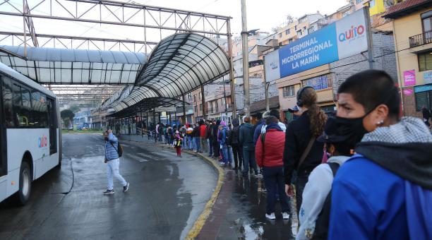 Las restricciones de aforo en el transporte público también se mantiene en 50% en Quito para el fin de semana del sábado 6 de febrero del 2021. Foto: Vicente Costales / EL COMERCIO