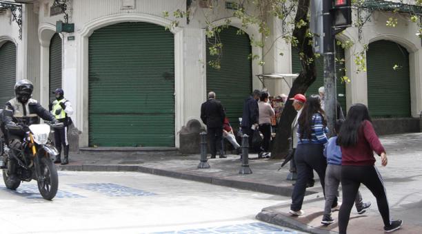 La mayoría de locales ubicados en la calle Espejo, entre Guayaquil y Flores, está cerrado (izq.). Foto: Eduardo Terán / EL COMERCIO