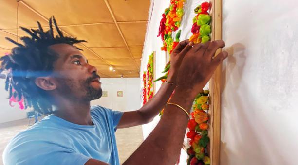 El artista nigeriano Fela Keko monta una exhibición con pimientos frescos en una galería en Iwaya, Lagos, Nigeria. 30 de enero, 2021. Foto: REUTERS