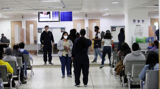 Decenas de personas acudieron a las oficinas del Registro Civil en el norte de Quito para obtener su documento de identidad. Foto: Julio Estrella / EL COMERCIO