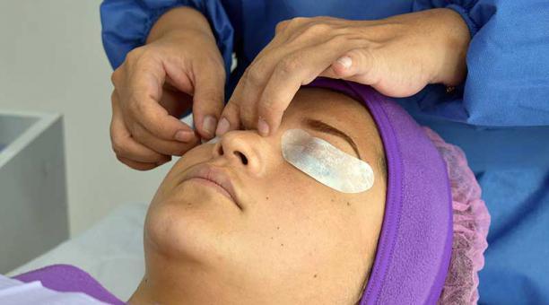 En cabina, antes de aplicar ácido, se protegen los ojos con hidrogel. En casa no hace falta esta medida. Fotos: cortesía Instituto Internacional