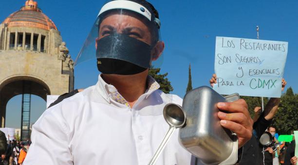 En México, personas que laboran en sectores que no han podido reabrir sus negocios por la pandemia protestan ante las restricciones del Gobierno. Foto: EFE