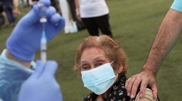 Una trabajadora de la salud se prepara para administrar una dosis de la vacuna CoronaVac de Sinovac a una mujer en Chile, durante la campaña de vacunación en ese país, contra el covid-19. Foto: Reuters