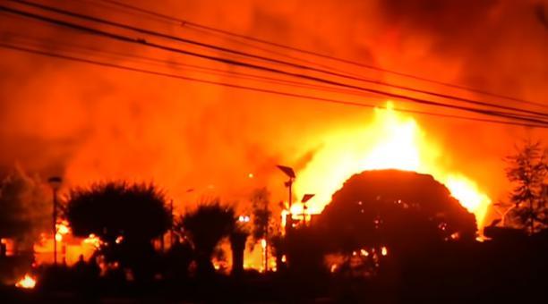 el edificio municipal fue incendiado pasadas las 23:00 hora local, un hora después de la entrada en vigor del toque de queda nacional.