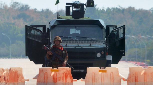 Soldados montan guardia en una de las carreteras cercanas a Naypyidaw, la capital de Birmania, tras el golpe de Estado.