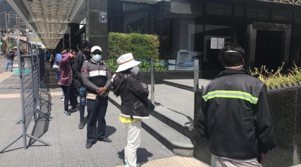 El Registro Civil atiende este 6 de febrero del 2021 a los usuarios desde las 06:00 hasta las 20:00 y el domingo 7 de 06:00 a 15:00, sin agendamiento de turnos y solo para los ecuatorianos que no tengan su documento de identidad. Foto: Eduardo Terán / EL