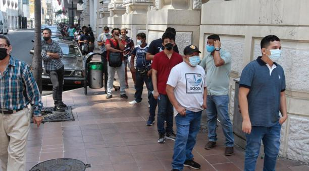 La aglomeración de personas formó una extensa fila que recorría nueve cuadras, en el centro de la ciudad.