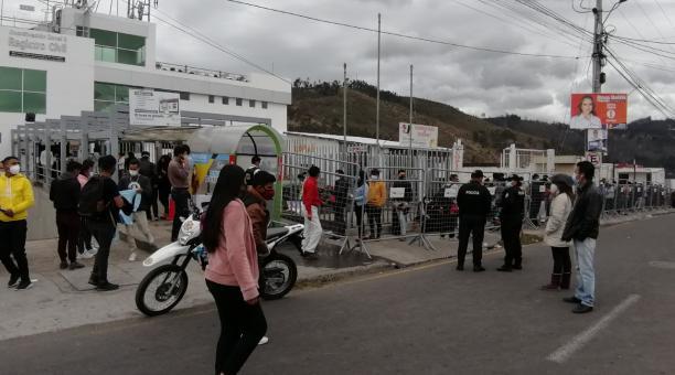 Personal de la Policía Nacional vigila en los exteriores para evitar las aglomeraciones, aunque no se cumplió con el distanciamiento social. Foto: Modesto Moreta / EL COMERCIO