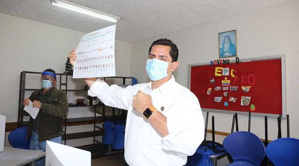 El candidato a la presidencia por la Izquierda Democrática, Xavier Hervas, ejerció su derecho al voto en el Colegio San Gabriel, en Quito. Foto: Vicente Costales / EL COMERCIO