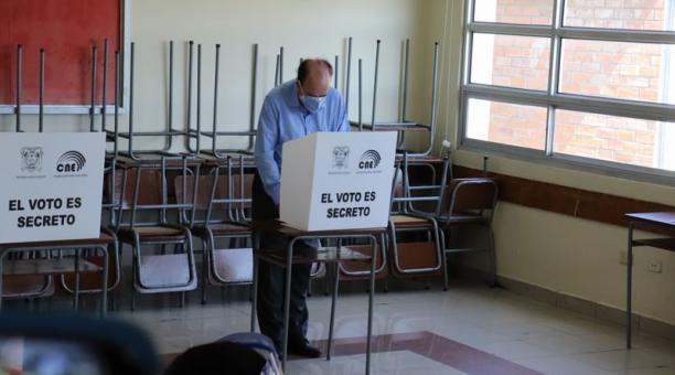 Gustavo Larrea, candidato a la Presidencia por Democracia Sí, ejerció su derecho al voto este 7 de febrero del 2021 en el Colegio San Gabriel. Foto: cortesía.