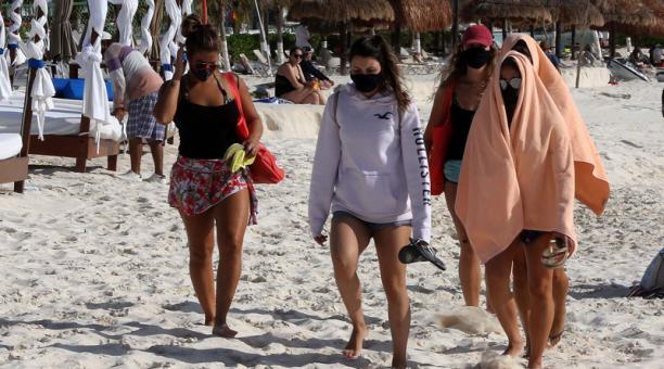 La masiva llegada de turistas a las playas del Caribe mexicano, en Cancún, ha generado un repunte en los contagios que hace estimar una segunda ola de covid-19 en ese país. Foto: EFE