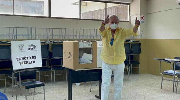 El candidato de Avanza, Isidro Romero, depositó su voto en la junta 296 de la Universidad Agraria, en el sur de Guayaquil. Foto: Cortesía equipo de campaña